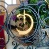 Логотип гостиницы Карузо проходит красной нитью через все интерьеры : он в ковке, на окнах и зеркалах, в красивых фресках и т.д.