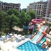 Вид с балкона на аквапарк с его тремя слайдами.
