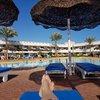 На территории отеля у бассейна